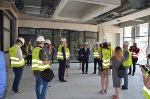 Zdjęcie ze zwiedzającymi budowę EHTIC dziennikarzami